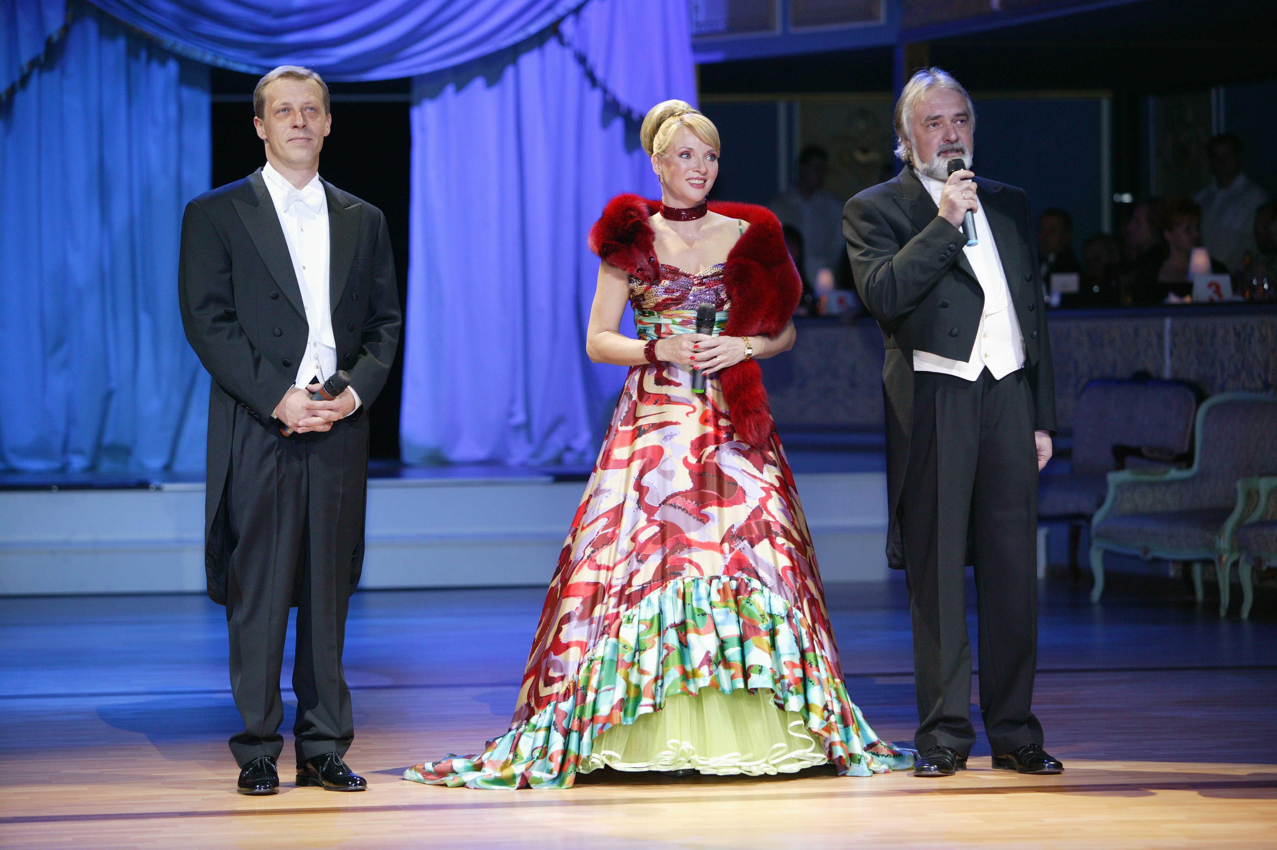 42475d0714cd V roku 2006 sa na doskách SND počas Plesu v opere predstavila ďalšia známa  herečka. Kamila Magálová hostí zaujala v extravagantnej róbe. Čierno-biele  šaty ...
