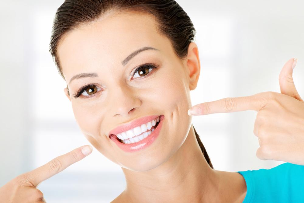 Krásny úsmev a biele zuby vďaka ústnej sprche
